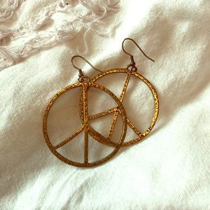 FREE PEOPLE PEACE SIGN✌🏻 DANGLING GOLD EARRINGS
